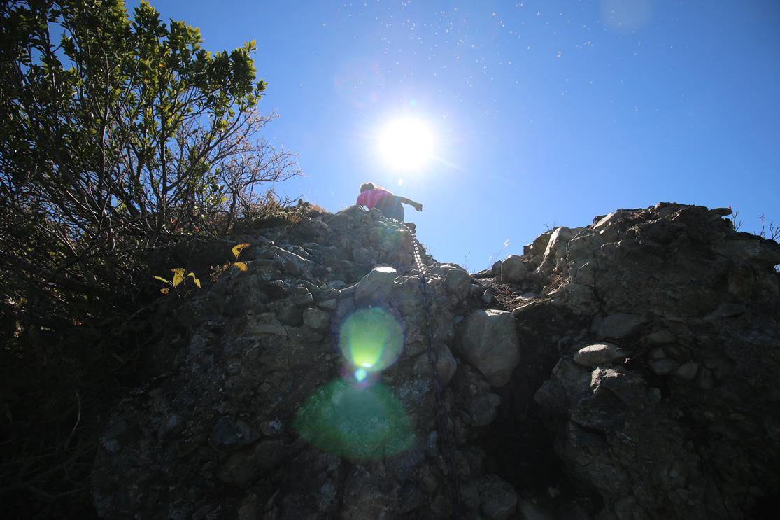 八海山 登山  鎖場が連続するので、三点指示で慎重に進んでください。 鎖があるので慎重... 八
